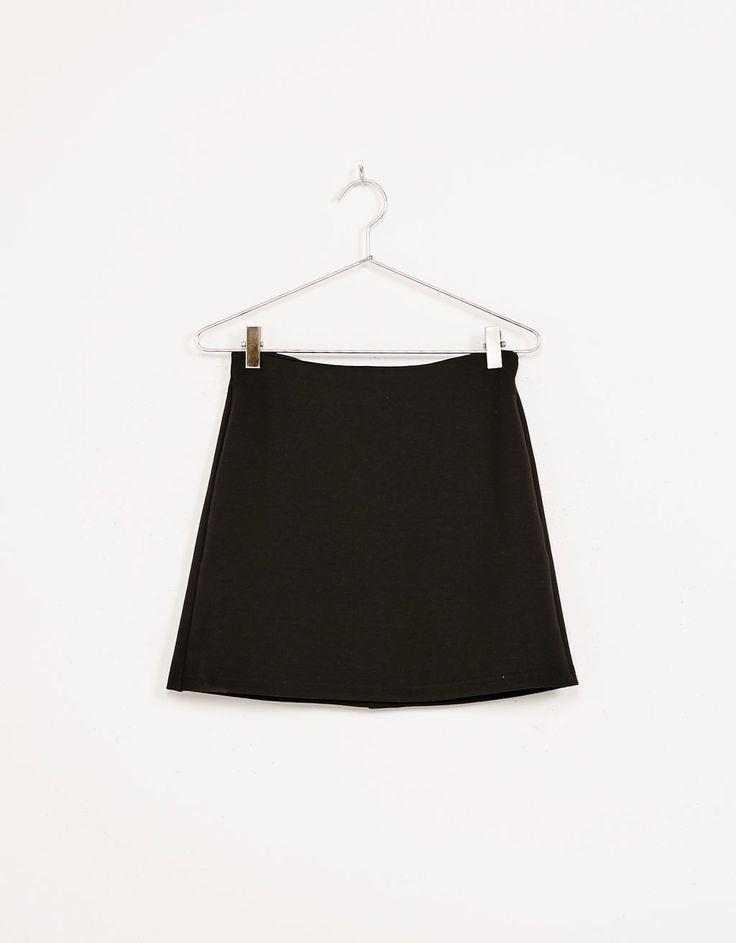 Falda corta evasé. Descubre ésta y muchas otras prendas en Bershka con nuevos productos cada semana