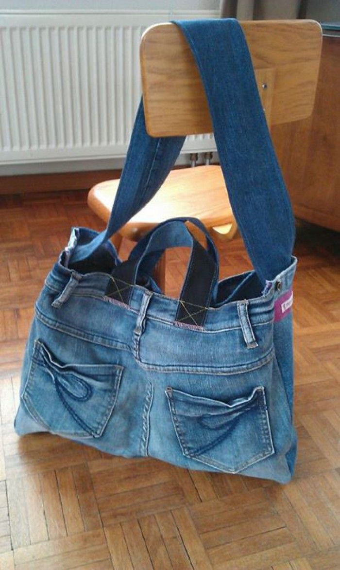 Gemaakt van oude spijkerbroeken. Wordt gebruikt als tas voor de oppas. Twee grote vakken. Voor elk kind één vak.