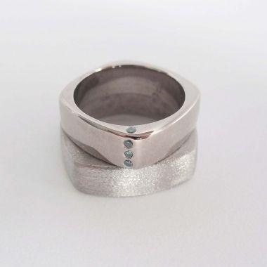 fehérarany jegygyűrű kék gyémánttal