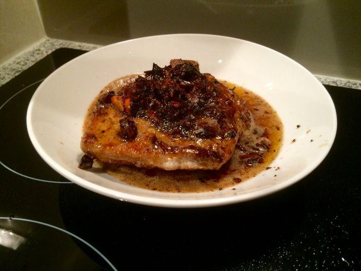 Salsa de almendras, miel y mantequilla para acompañar unas chuletas de cerdo. Quedaron exquisitas 😌
