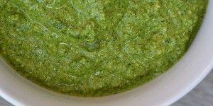 Lækker basilikumpesto med en smuk grøn farve fra spinaten