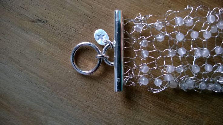 Gebreide zilveren armband met rozenkwarts // voor haar // voor de feestdagen door StellaMarisCreative op Etsy