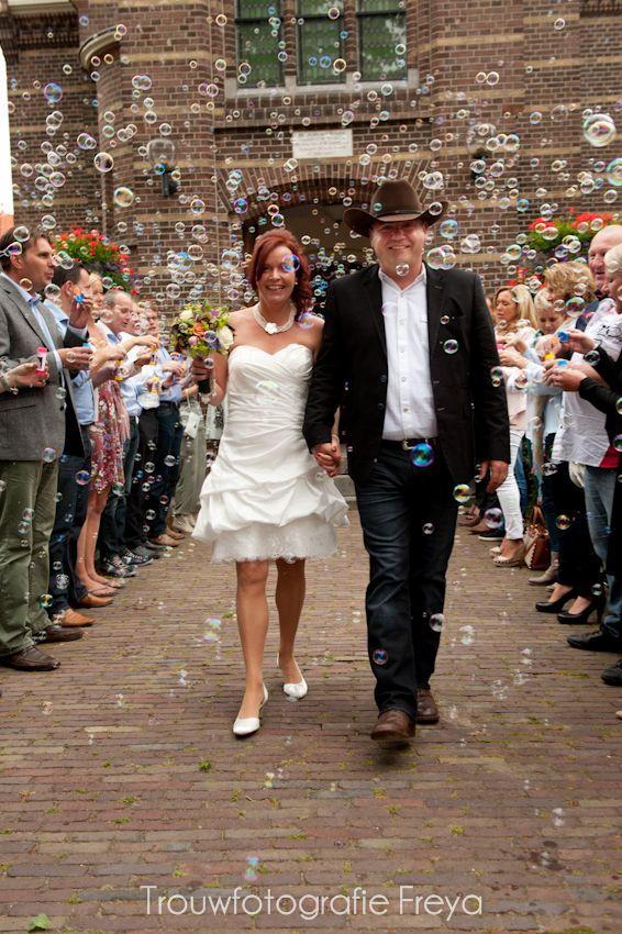 Waar rijst en confetti vaak verboden zijn, mag bellenblaas meestal wel gebruikt worden om het bruidspaar mee te huldigen. country wedding soap bubbles - Trouwfotografie Freya uit Zeevang Noord-Holland. http://trouwfotografie.freyaelders.com/?p=616
