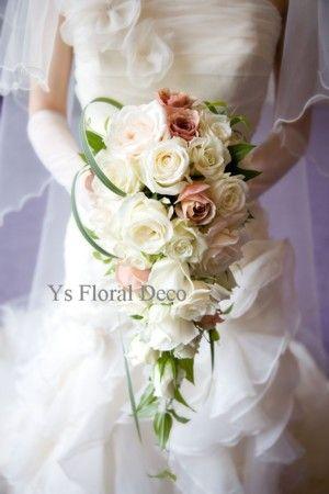 5月に八芳園さんへお届けしましたキャスケードブーケです。新婦さんよりお写真をいただきましたのでご紹介いたします。白~アイボリーのバラを主体に、ベージュ色の...