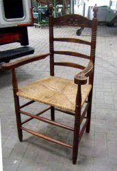 Oude eiken stoel met rieten zitting. Antieke stoel in zeer nette staat. Hoog 107 cm. breed 60 cm. diep 50 cm. € 39,-