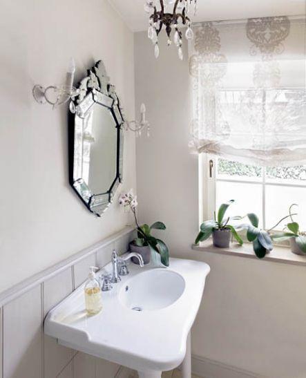 Romantyczna łazienka w stylu francuskim. Znajduje się w mieszkaniu na Starym Mokotowie – wnętrze do obejrzenia TUTAJ. Fot. Kuba Pajewski #łazienki #mała #aranżacje #projekty #urządzanie #wnętrz #hiszpania #świat #zagraniczne #wanna #kafelki #płytki #ściany #podłogi #inspiracje #drewno #pomysły #bathroom #ideas #world #asian #bath #room #design #modern #style