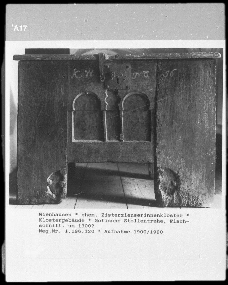 gotische Stollentruhe Objektbezeichnung: Truhe; Möbel Material/Technik: Eichenholz Ereignis: Herstellung (wann): um 1300? Klassifikation: Angewandte Kunst (Gattung) Kultur: niedersächsisch Standort: Klostermuseum (Wienhausen)