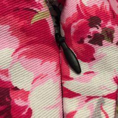Tutoriel simple pour poser une fermeture éclair/un zip invisible sur une robe Ouvrir la fermeture éclair et l'épingler endroit contre endroit sur la robe. Faire attention aux coutures de la taille afin qu'il n'y ait pas d'écart. Bâtir grossièrement la fermeture éclair avec un fil de couleur contrastante, ici du noir. Ce fil sera ôter …