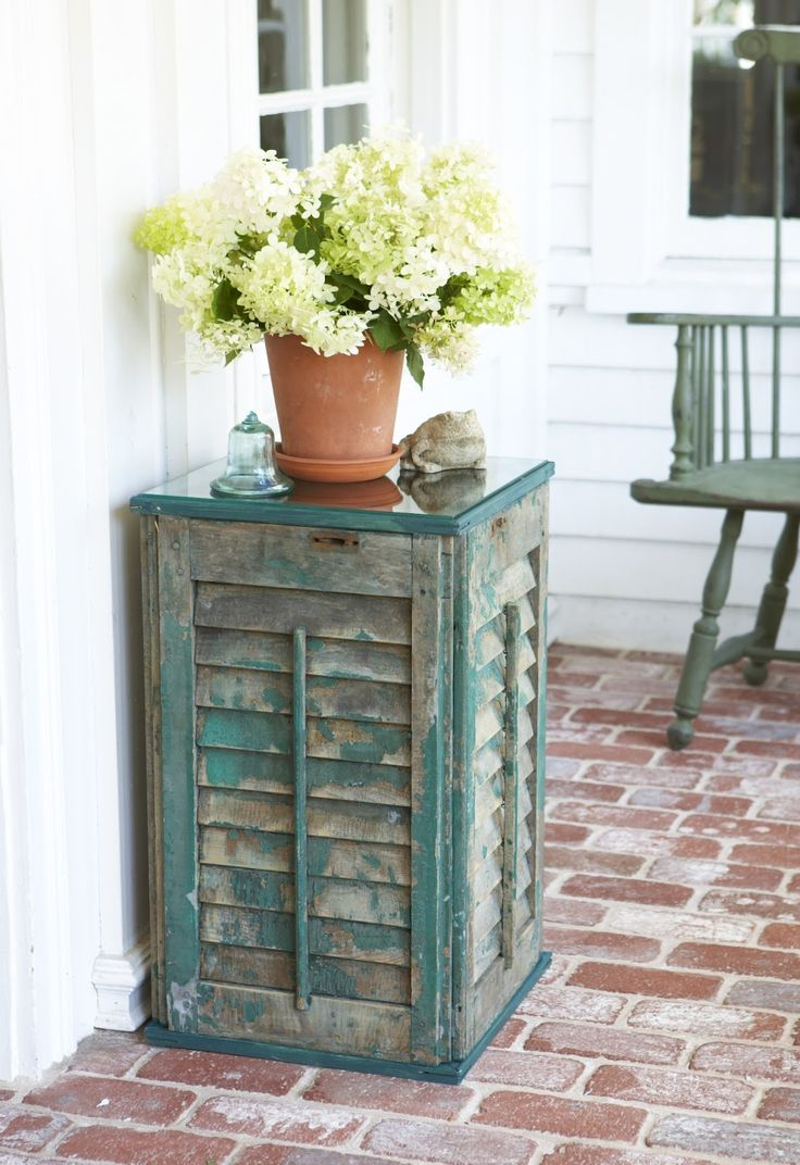 shutter table - love how cute this is ... I can especially see it on a patio - would be PERFECT with a nice full fern or some other thick trailing plant on top - the plant would interact so beautifully with the rough surface of the shutter - i'd rather see it in white, against a wall with color - this is such a great idea! - #upycle #repurpose #shutters pb≈