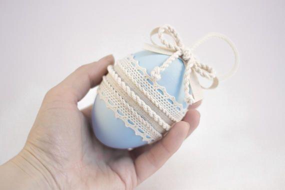 Ciao! Siamo felici di presentarvi questo beige e blu uova di Pasqua decorative in legno. ♥♥♥ Questa Pasqua pastello-colore uova ornamenti realizzati con la tecnica unica del nostro negozio MaliLili. È possibile utilizzarlo come un bellissimo cottage stile home decor, insaccatrici di Pasqua cesto o un bel regalo di Pasqua per i tuoi amici e la famiglia in vacanza. ♥♥♥ Dimensioni: 4 pollici/10 cm.  Tutte le parti sono costruite con grande attenzione ai dettagli e ordinatamente fissate insi...