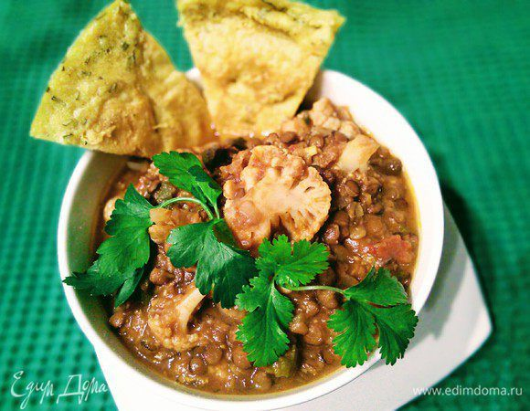 Дхал (также дал, даал) — традиционный вегетарианский индийский пряный суп-пюре из разваренных бобовых. Часто для вкуса добавляют порошок карри, кокосовое молоко, лимонный сок, помидоры, чеснок и об...