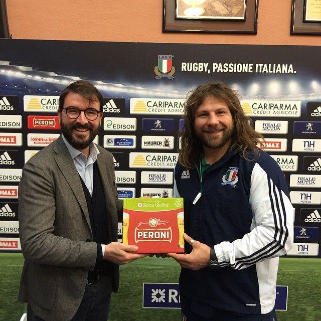 #MartinCastrogiovanni Martin Castrogiovanni: Prima cassa di peroni senza glutine per me ....problema terzo tempo risolto.... Grazie #birrasenzaglutine