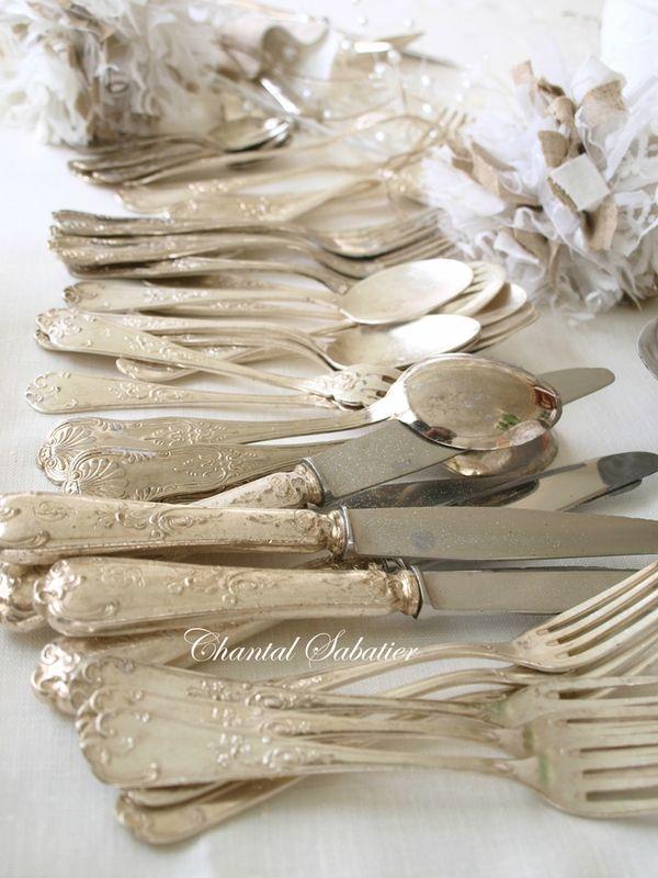 Quand l'argenterie émerge du passé, l'enchantement de la table est assurée. (Couvert en argent de Chantal Sabatier)