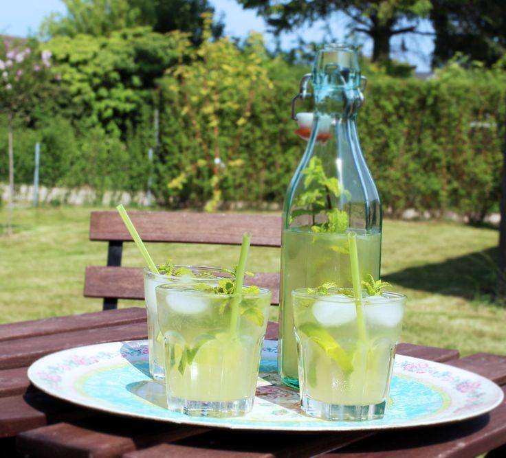Sol, sommer og lemonade – det kan man hurtigt vænne sig til. Jeg har lavet en superlækker lemonade, som smager som min yndlings-drink: Mojito! Du kan lave den nu og allerede drikke den om en halv time