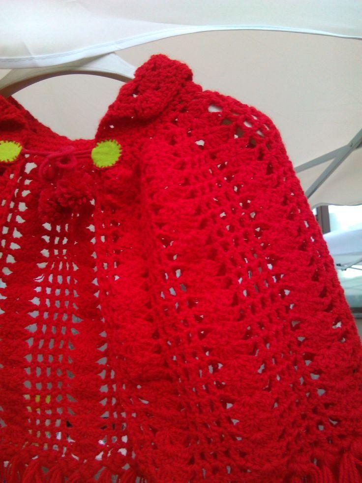 mantellina rossa lavorata all'uncinetto per bambini da 4 mesi a un anno