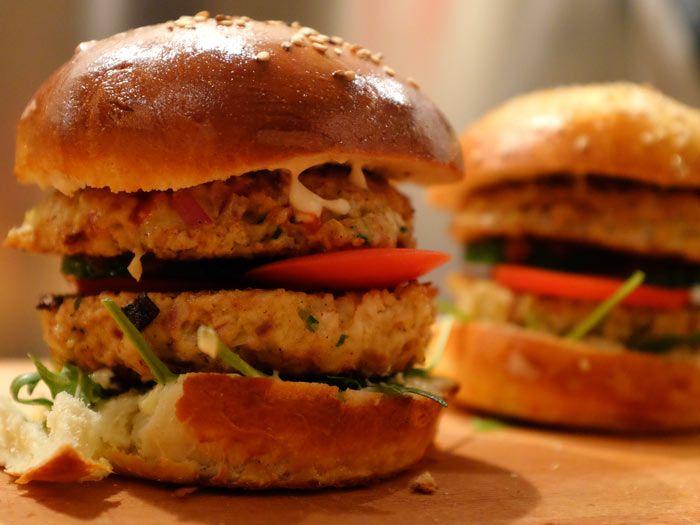 Broodje kipburger met rucola, tomaat en komkommer