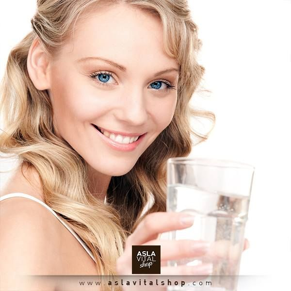 Su cildi nemlendirerek esnekliğini korur, kırışmasını önler ve yaşlanmanın etkilerini geciktirir. Aynı zamanda tüm organların normal olarak çalışabilmesi ve toksinlerin vücuttan atılabilmesi için oldukça önemlidir. Sağlıklı bir beden için günde en az 2,5 litre su içmelisiniz. #sağlık