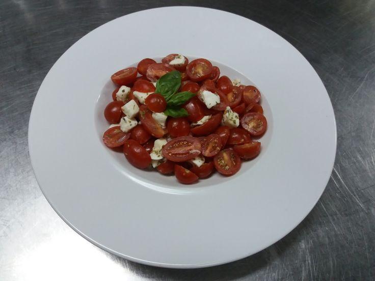 Salada de Tomate Cereja, Mozzarella e Manjericão