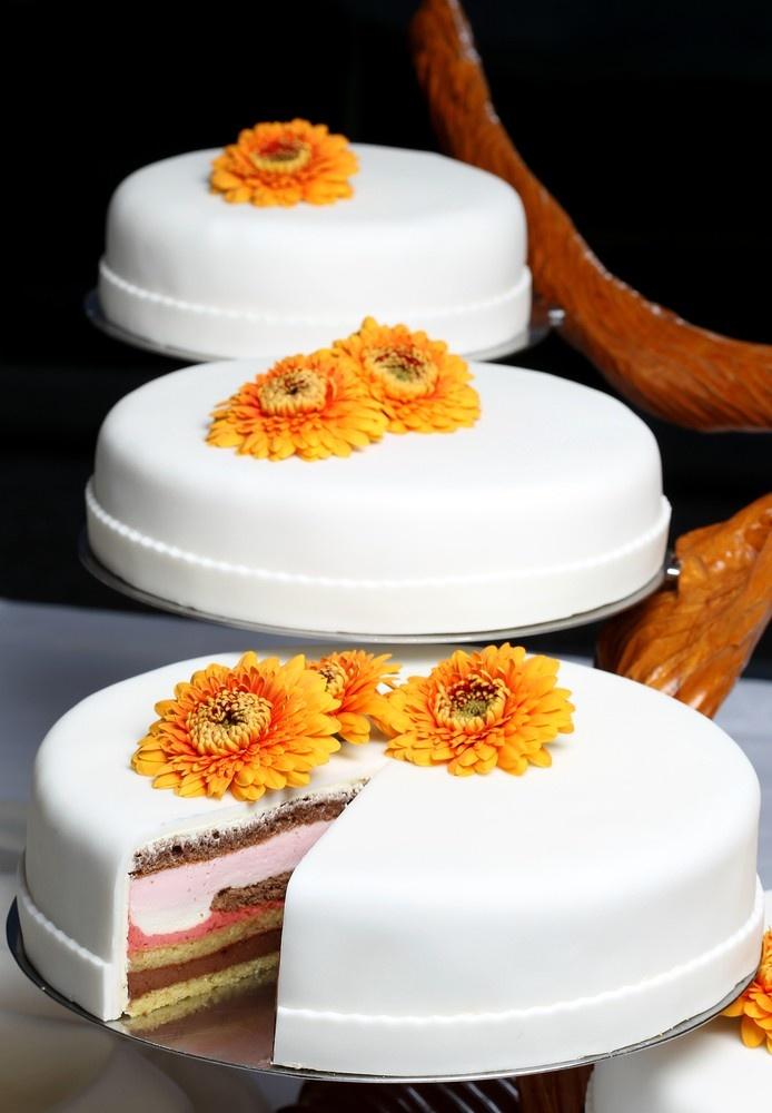 Schlichte Hochzeitstorte In Weiß Mit Orangenen Gerbera Blüten Als Deko