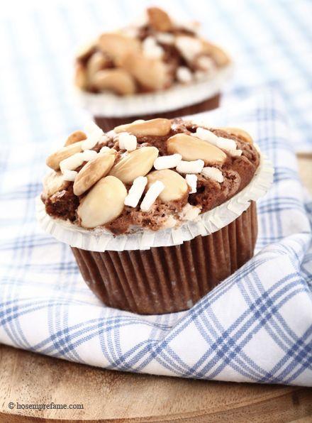 MUFFIN MANDORLE  CACAO E CAFFE' I muffin cacao, caffé e mandorle che vi proponiamo oggi  mescolano il sapore del cacao e l'aroma del caffè alle mandorle, per un risultato dal gusto morbido e armonioso. La preparazione è facile e relativamente veloce e sono un'ottima variante alla classica versione del muffin al cioccolato.   #muffin #cioccolato #cacao #mandorle #caffè #hosemprefame
