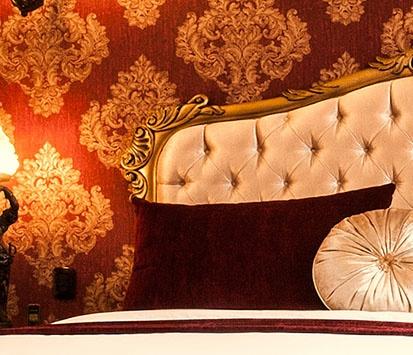 Es la suite más romántica de la casa, por su hermosa chimenea de leña y sus muebles de toque señorial, donde predominan los tonos rojo imperial.