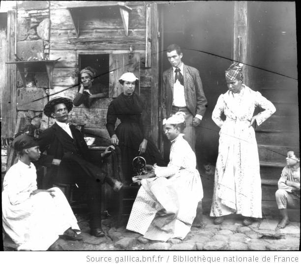 Martinique. Famille d'ouvriers (mulâtre) à S[ain]t Pierre (1899) / [photogr.] Salles ; [photogr. reprod. par] Radiguet & Massiot - 1