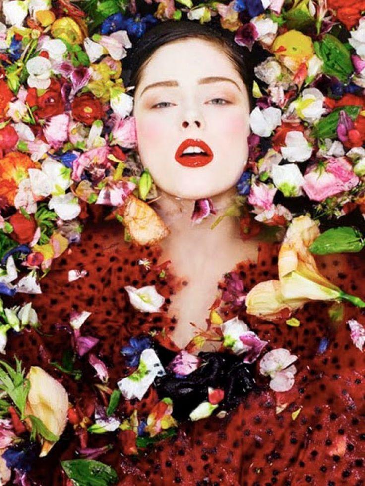 Aqua Caliente. Photoshoot de la modelo canadiense Coco Rocha. Fotógrafos: Sofia Sanchez y Mauro Mongiello.  La pintura de Klimt reinterpretada.