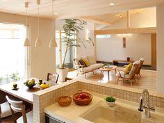 【対面キッチン】ブラックウォールナットのテーブルと一体の横型対面キッチン。|キッチン|アイランド|インテリア|カウンター|タイル|パントリー|ダイニング|おしゃれ|壁面収納|ウッド|リビング|
