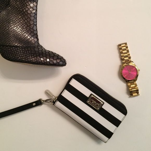 Adorable Michael Kors Wristlet Black and white Wristlet in like new condition perfect for going out! Lots of room inside for credit cards and to keep your cash in. 100% authentic MICHAEL Michael Kors Bags Clutches & Wristlets