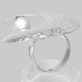 Inel din argint lucrat manual prin metoda ciocănirii în combinaţie cu perla de cultură.