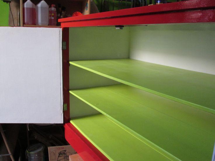 Cassone rosso: rifinitura a smalto rosso, interni bianchi con mensole a tempera verde acido e  vernice protettiva trasparente