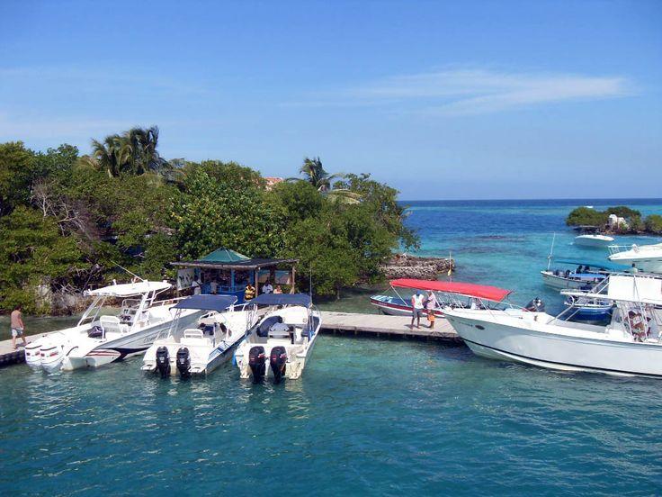 A dos horas de Cartagena de Indias es posible encontrarse con un verdadero paraíso, las islas del Rosario, un pequeño archipiélago compuesto por 27 islas, cayos e islotes, localizado al sur de la Bahía de Cartagena, que cuenta con aguas cristalinas y un hermoso fondo coralino. Declaradas Parque Nacional para proteger uno de los arrecifes de coral más importantes de la costa caribeña colombiana.