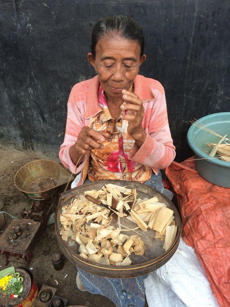 Beautiful lady making offering baskets, Amlapura Traditional Markets #balifixblog