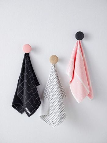 壁にコンテンポラリーな水玉を。ムートの壁掛けフックがとっても ... バスルームやキッチンのタオル掛けとして、タオル