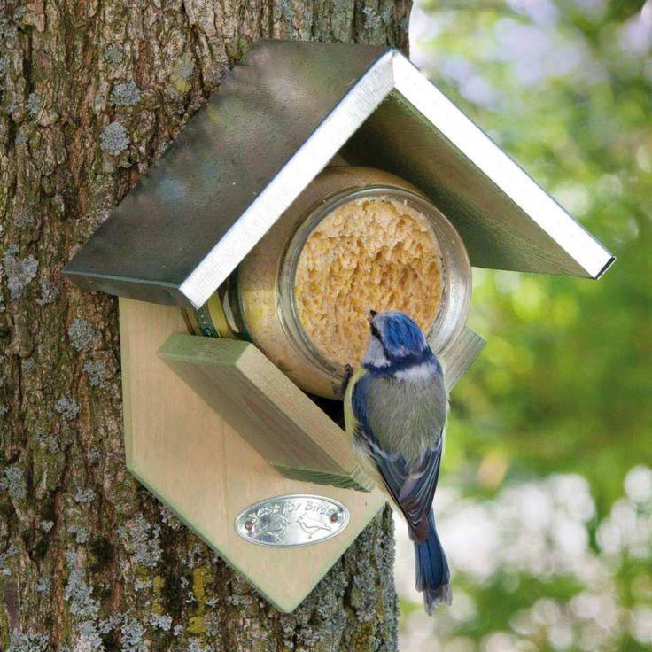 """Vogel Futterhaus """"Wildvögel"""" inkl. Futter, Best for Birds - Dieses Futterhaus mit dem Erdnussbutter-Glas bietet unseren einheimischen Vögeln artgerechtes Futter. Legen Sie das geöffnete Glas mit Erdnussbutter, Kernen und Nüssen in das Futterhaus und hängen Sie es an einem Baum oder an einer Wand auf. Die Vögel werden sich mit fröhlichem Gezwitscher bedanken."""