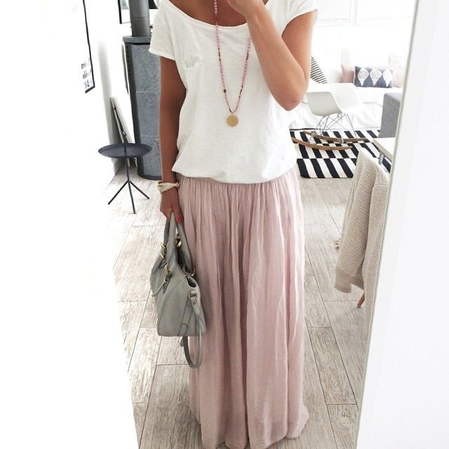 butiksofie's photo on SnapWidget. White tee, pink maxi skirt, grey purse.