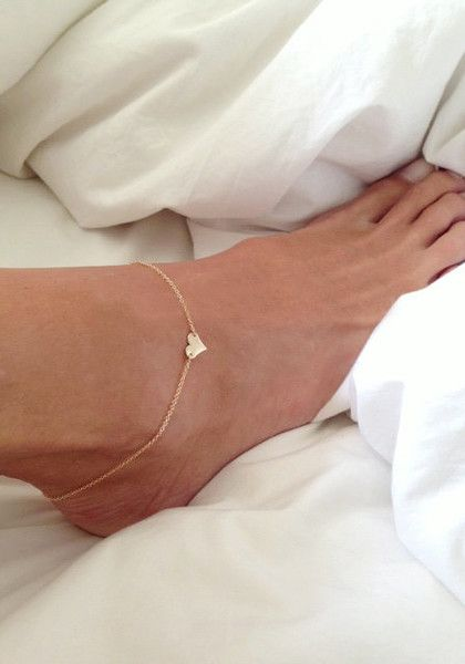 Add some glam to your feet with this gold sweetheart anklet.