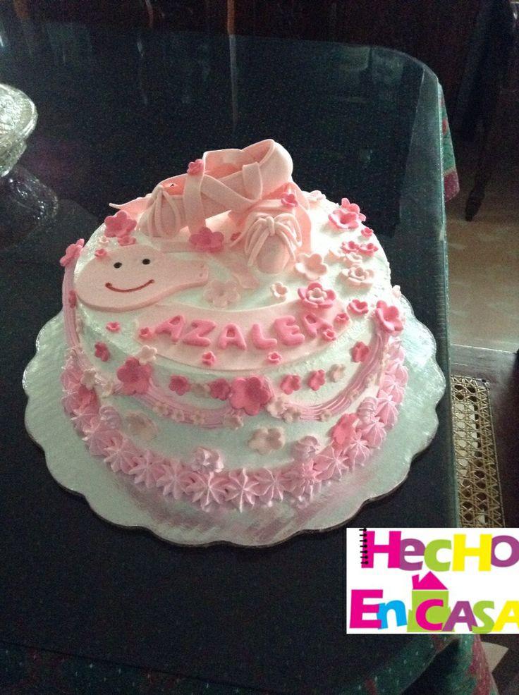 Pastel de merengue con decoraciones de fondant. Pepa cake ...