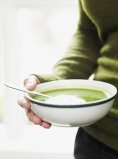 Recette de soupe de Ricardo: velouté d'épinards. Recette santé avec poireau, ail, pommes de terre, épinards frais, bouillon de poulet. Recette des fêtes.