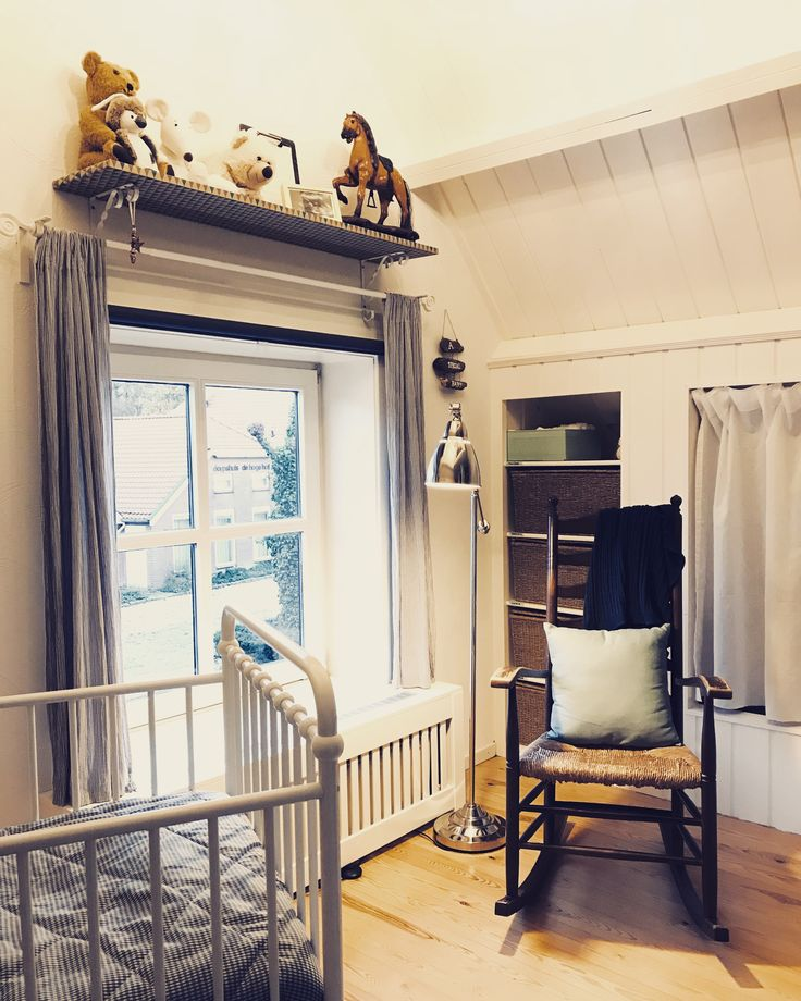 Gezellig, de nieuwe babykamer! #schommelstoel, #boekenplank met knuffels en #kidsmill ledikant. Met Hart en Hout Interieurstyling. #babykamer #nursery #vintagebaby #rockingchair #fleamarket #bedstee
