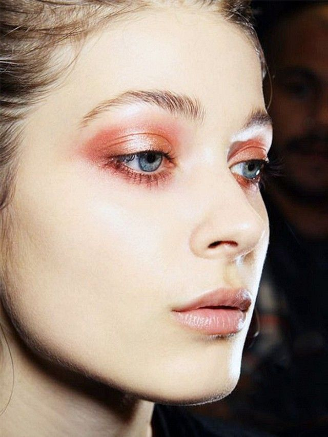 Try a copper smoky eye look.