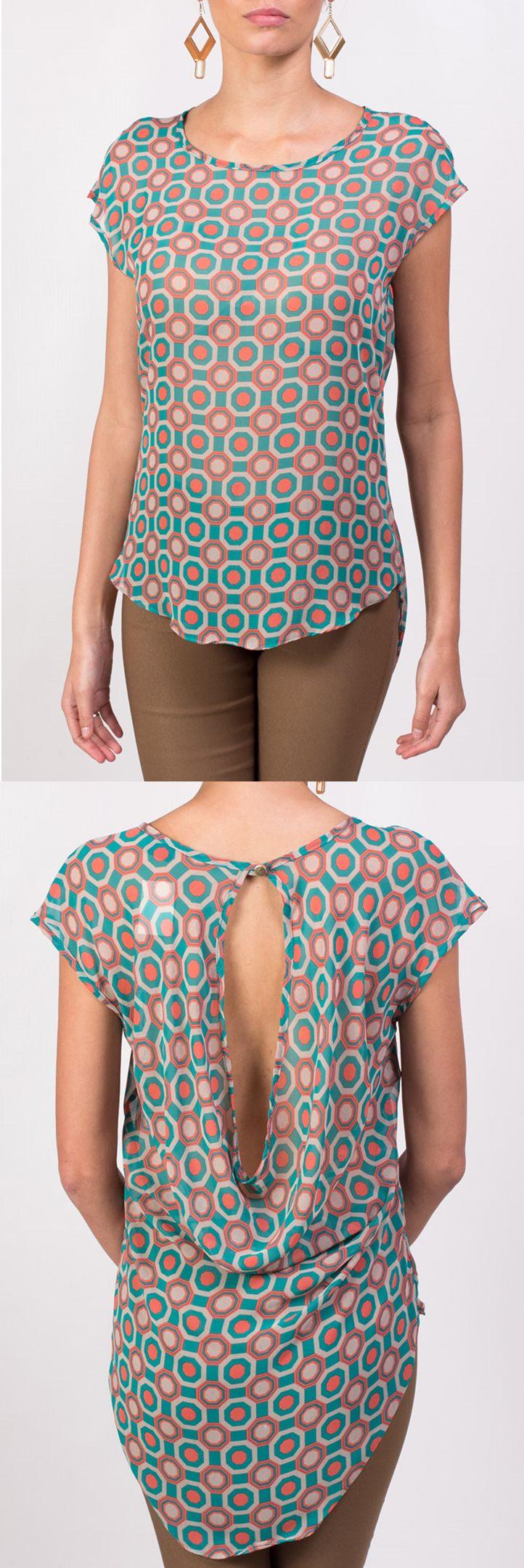 Blusa KAMI color turquesa con un delicado escote en la espalda que también puedes encontrar disponible en color fucsia.