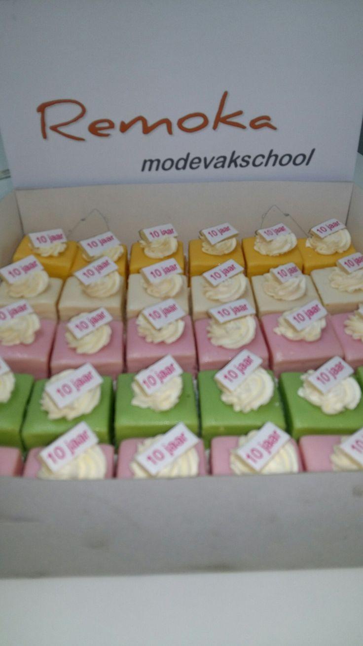 Voor iedere leerling een lekker taartje naar aanleiding van heg 10 jarig bestaan van  de school