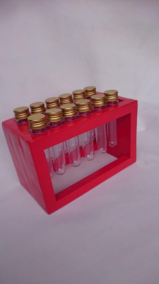 LANÇAMENTO!!! <br>Porta-Temperos pintado na cor vermelha( ou porta mil e uma coisas, feito a partir de madeira reaproveitada de pallets (madeira maciça - pinus), com duas fileiras de seis tubos de plástico de tampas douradas para sua copa/cozinha. <br>Peça criativa e sustentável, feita artesanalmente.