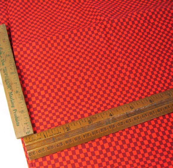 Rode-en zwarte katoenen stof. Dit is voor een volledige tuin. Ik heb de meting breed 43 aangegeven, dit is verminderd met de witte randen. Ideaal voor quilten.