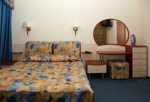 столик с зеркалом в спальне