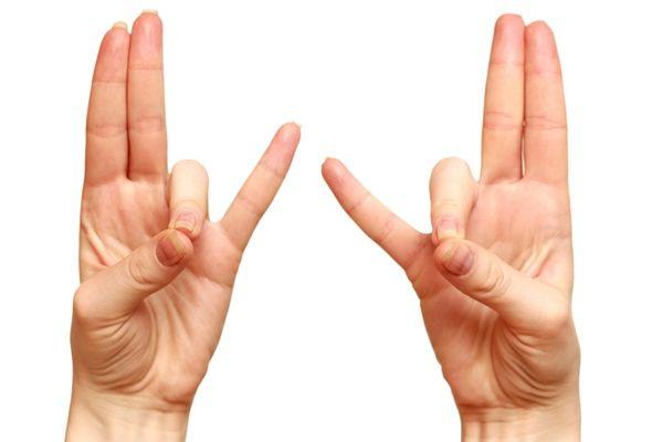 Es posible que incrementes tu energía y rendimiento si colocas los dedos de tus manos en una forma específica. Mientras haces ejercicio, toca la uña del dedo anular con el pulgar de la misma mano, haz lo mismo con las dos manos. Esta posición también fortalece la función respiratoria y el oído; te ayuda a respirar con más facilidad al caminar, trotar,correr o hacer otro ejercicio. También se puede utilizar este mudra cuando viajas en avión o cuando te encuentras en zonas de altitud.