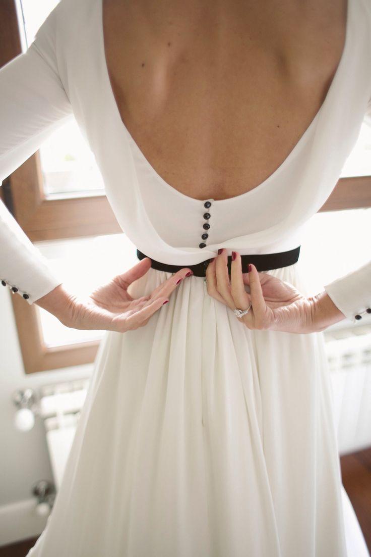 Vestido de novia con detalles en negro