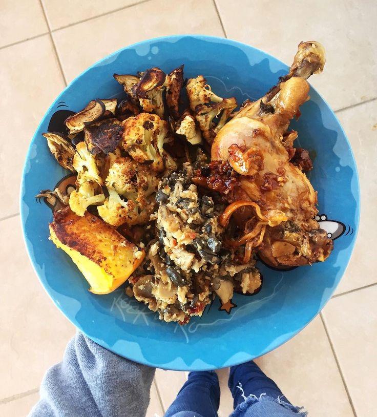 """282 curtidas, 5 comentários - Amanda Alves (@vivendosemlactose) no Instagram: """"Servidos?! 💙 Sobrecoxa na panela, legumes no forno e mix de cogumelos com tofu (para os veggies): ⠀…"""""""