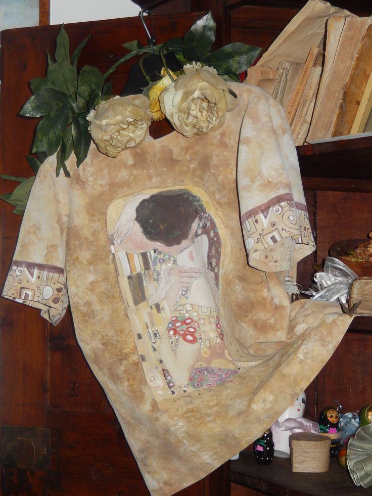 camicetta dipinta interamente a mano,con il bacio di Klimt
